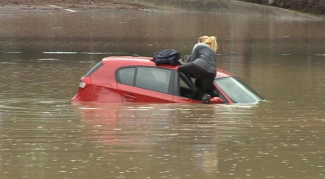 driving in flood water woman autoindica